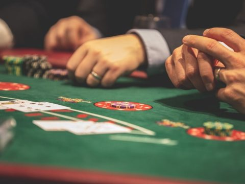 Hra, stôl, ruky
